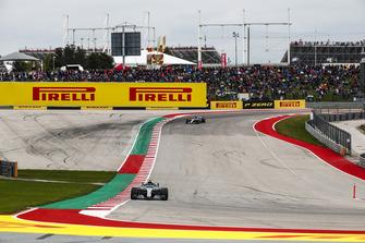 Valtteri Bottas, Mercedes AMG F1 W09 EQ Power+, precede Lewis Hamilton, Mercedes AMG F1 W09 EQ Power+
