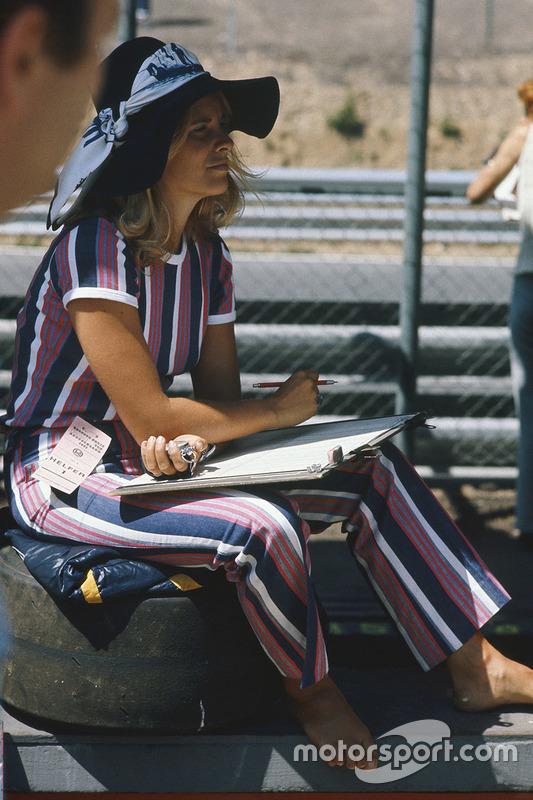 Une femme dans le paddock