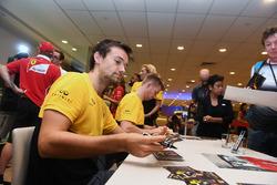 Jolyon Palmer, Renault Sport F1 Team y Nico Hulkenberg, Renault Sport F1 Team firman autógrafos para