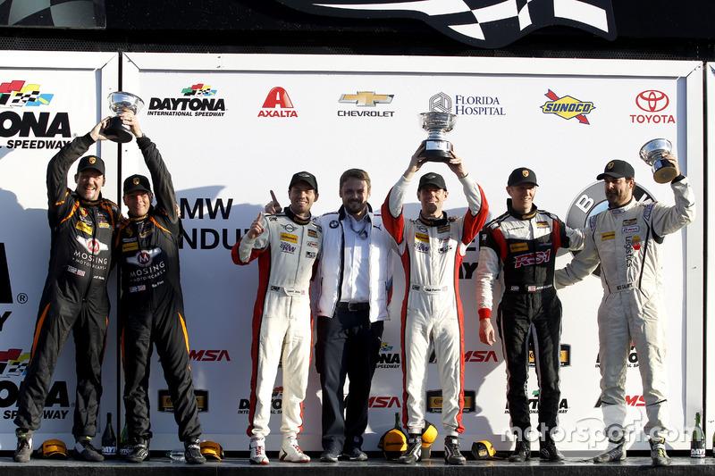 Podio ST: ganador de la carrera #73 MINI JCW Team MINI Cooper John Cooper Works: Derek Jones, Mat Pombo; segundo lugar #56 Murillo Racing Porsche Cayman: Jeff Mosing, Eric Foss; tercer lugar #17 RS1 Porsche Cayman: Nick Galante, Spencer Pumpelly