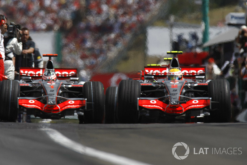 Lewis Hamilton, McLaren MP4-22, y Fernando Alonso, McLaren MP4-22 fuera de los pits