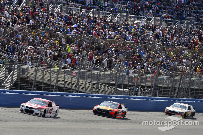 Kyle Larson, Chip Ganassi Racing, Chevrolet; Martin Truex Jr., Furniture Row Racing, Toyota