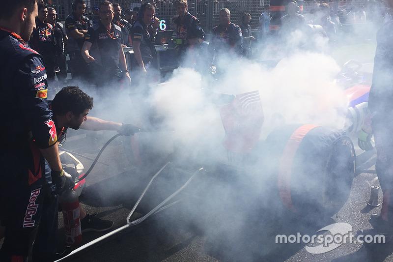 Löscharbeiten am Fahrzeug von Daniil Kvyat, Scuderia Toro Rosso