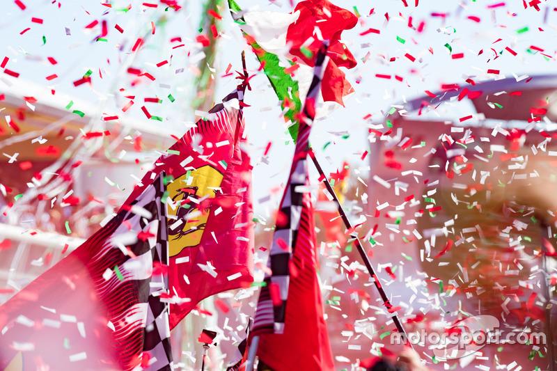 Les drapeaux Ferrari au pied du podium