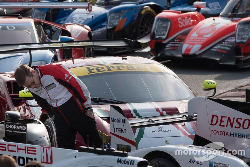 Porsche-Teamchef Andreas Seidl begutachtet den Toyota TS050 Hybrid von Toyota Racing