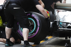An ultra-soft Pirelli tyre is changed on the Lewis Hamilton Mercedes AMG F1 W08