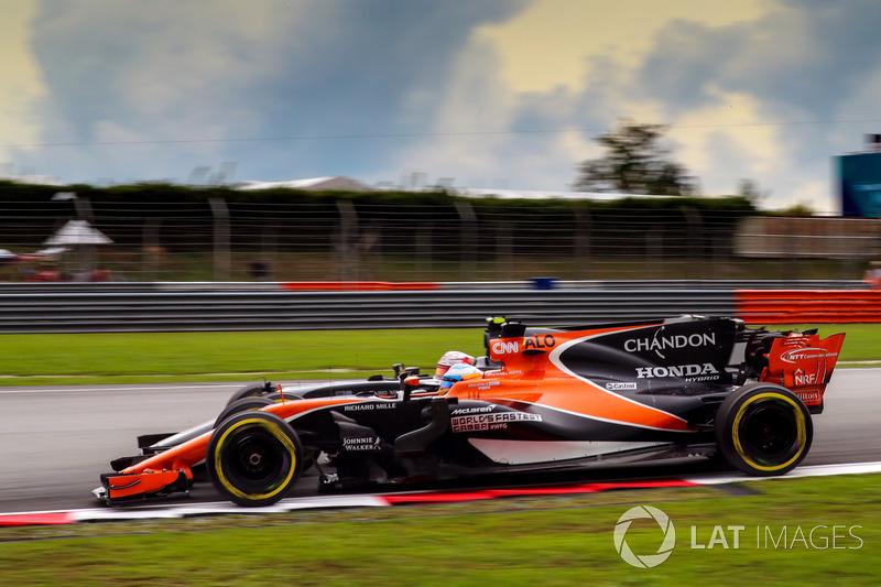 Fernando Alonso, McLaren MCL32 y Kevin Magnussen, Haas F1 Team VF-17