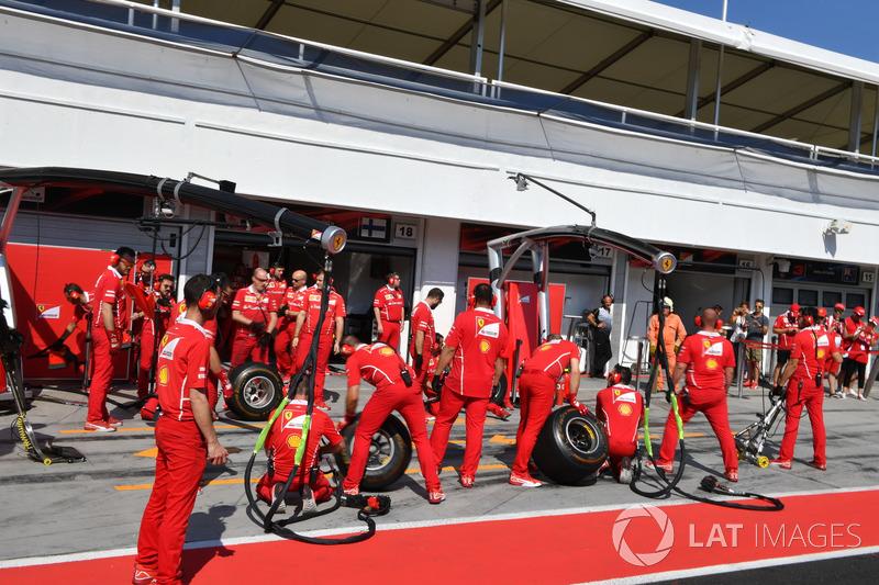 Механіки Ferrari чекають піт-стоп