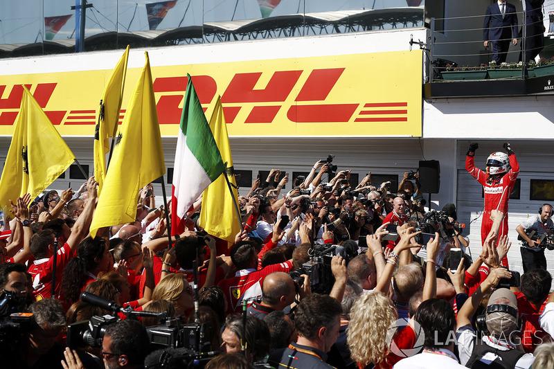 Sebastian Vettel, Ferrari SF70H, celebra la victoria con sus colegas en parc ferme
