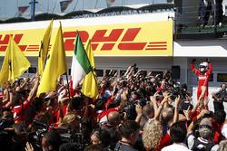 Sebastian Vettel, Ferrari SF70H, feiert seinen Sieg im Parc Ferme