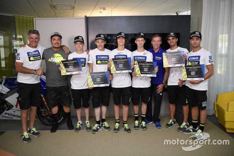 Учасники четвертого Yamaha VR46 Master Camp з дипломами та директор VR46 Riders Academy Алессіо Салу
