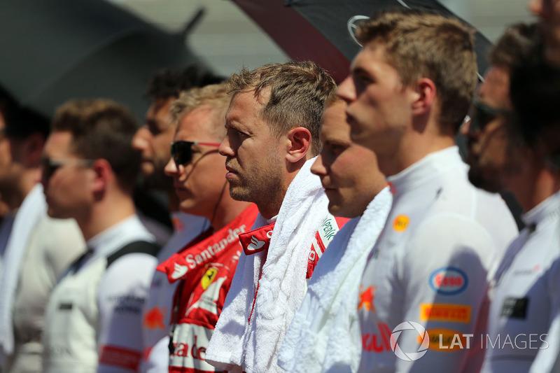 Pilotos durante el himno