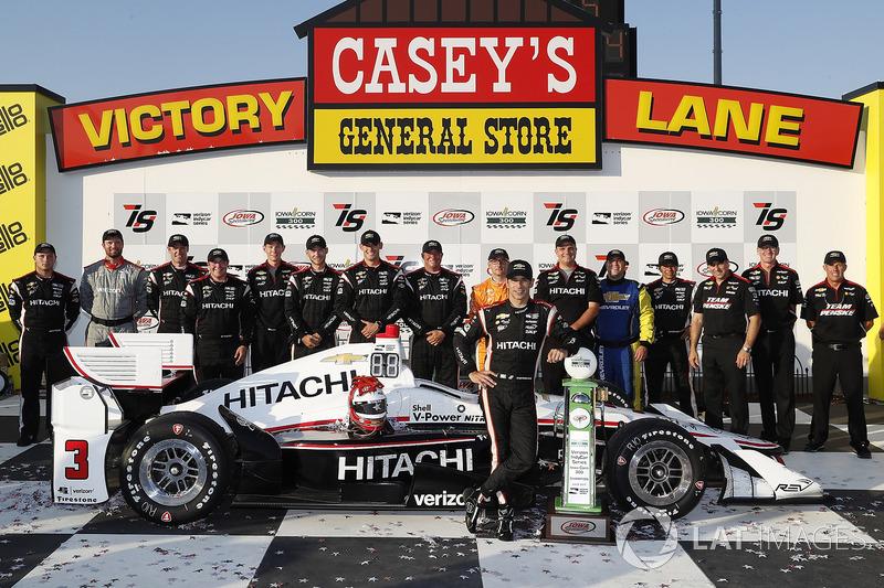 Подіум: переможець гонки Еліо Кастроневес, Team Penske Chevrolet