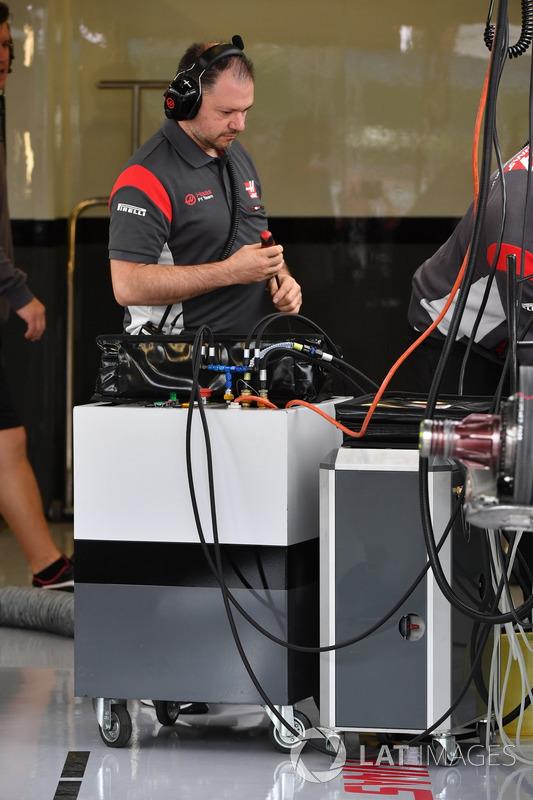 Механік Haas F1 Team VF-17
