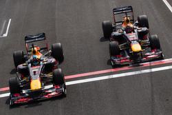 Daniel Ricciardo, RB7, et Max Verstappen, RB8, lors des Jumbo Racing Days