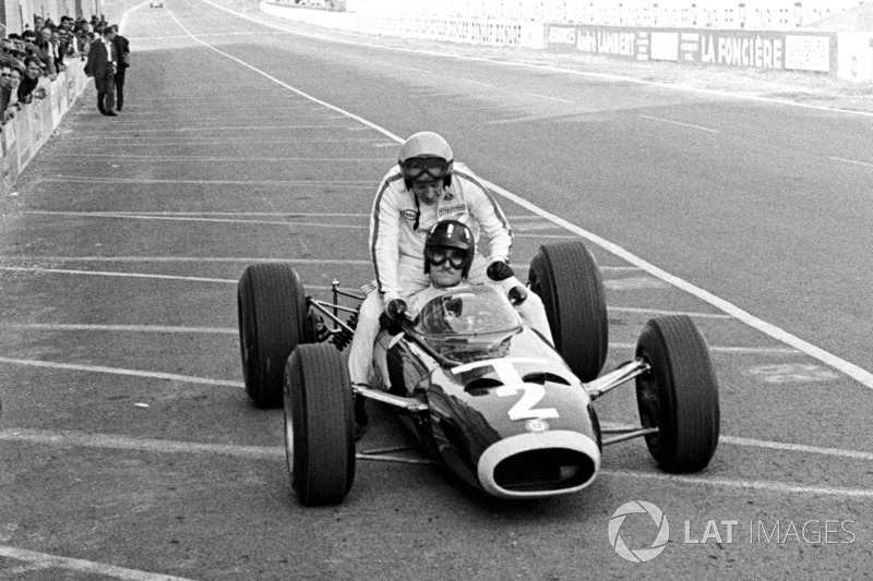 Reims 1966: Graham Hill (BRM) carica Peter Arundell (Lotus)