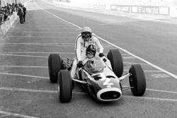 Graham Hill, BRM P261, mit Peter Arundell. Lotus