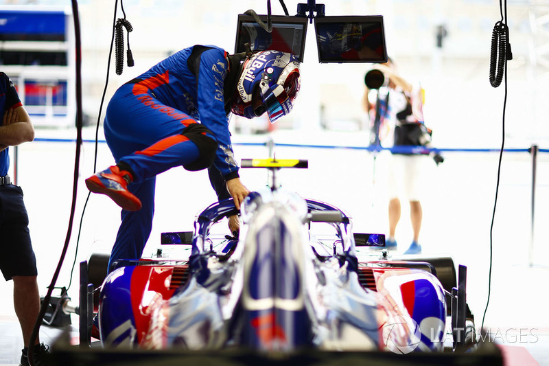 Pierre Gasly, Toro Rosso STR13 Honda, climbs in to his car