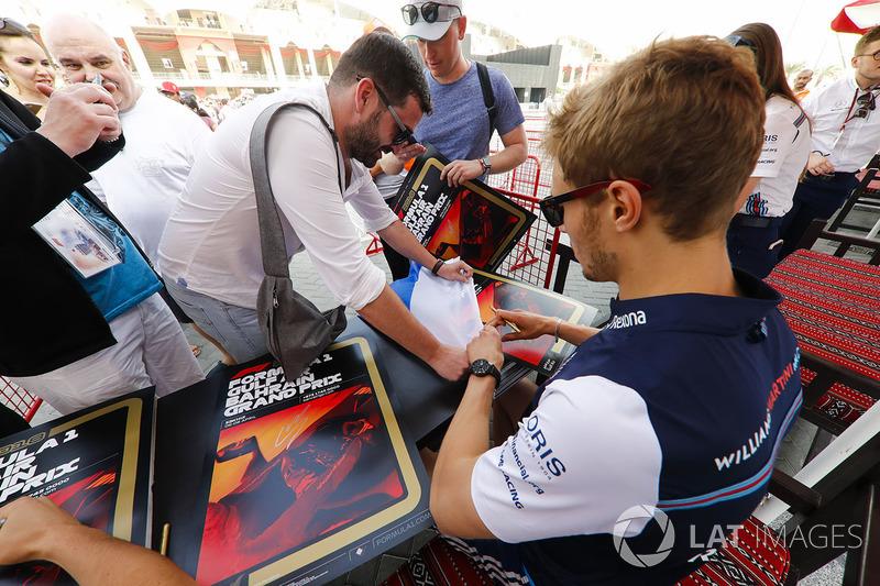 Sergey Sirotkin, Williams Racing, signs autographs