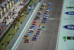 Мартин Труэкс-мл., Furniture Row Racing Toyota и Денни Хэмлин, Joe Gibbs Racing Toyota лидируют на рестарте
