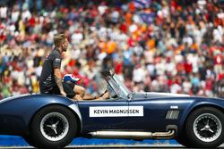 Kevin Magnussen, Haas F1 Team, tijdens de rijdersparade