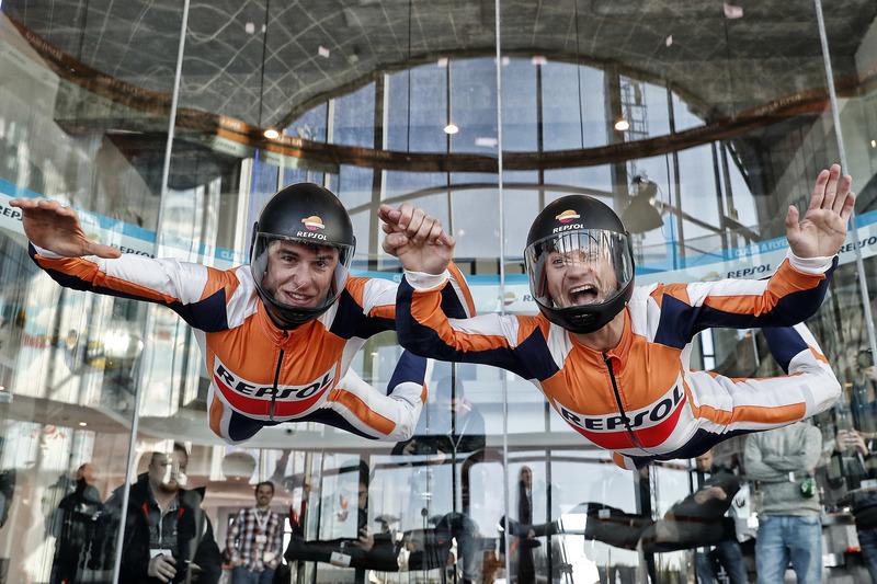 Marc Márquez y Dani Pedrosa durante el evento de Repsol en 'Fly Madrid'