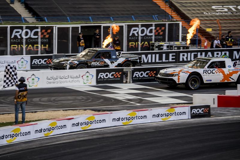 Ryan Hunter-Reay e Helio Castroneves alla guida della Xtreme Pickup