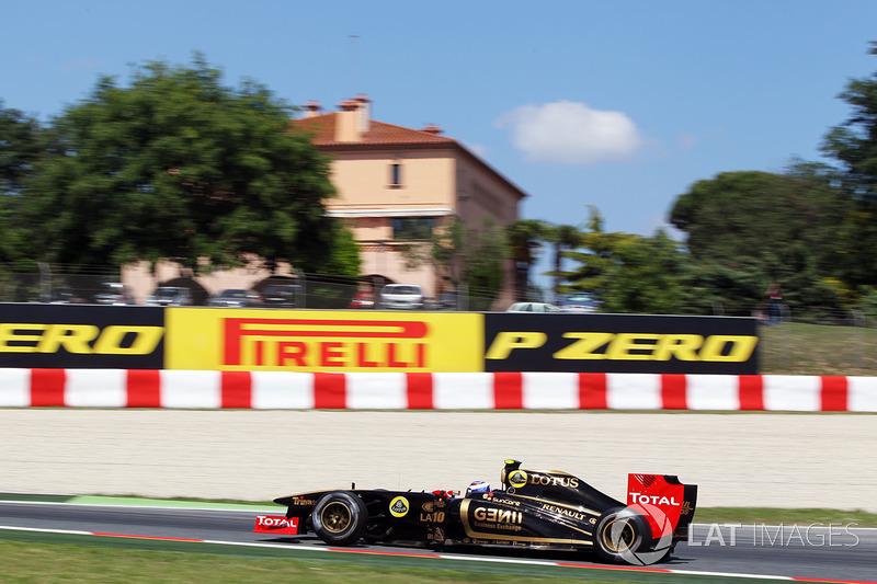 Машина Lotus Renault в обновленной черно-золотой ливрее, которая недвусмысленно намекала на легендарную Lotus Колина Чепмена, точно была самой яркой в пелотоне того года