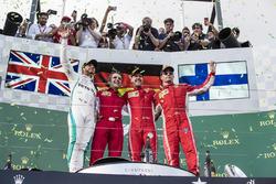Podio: segundo lugar Lewis Hamilton, Mercedes-AMG F1, ganador de la carrera Sebastian Vettel, Ferrari y el tercer lugar Kimi Raikkonen, Ferrari