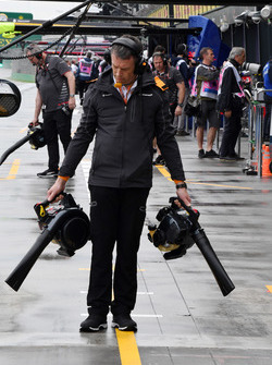 McLaren mechanic dries the pit box