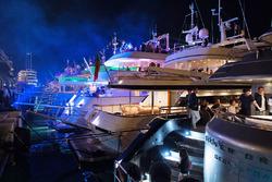 Les yachts dans le port de Monaco de nuit