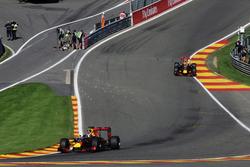 Даниэль Риккардо, Red Bull Racing RB12 едет впереди Макса Ферстаппена, Red Bull Racing RB12
