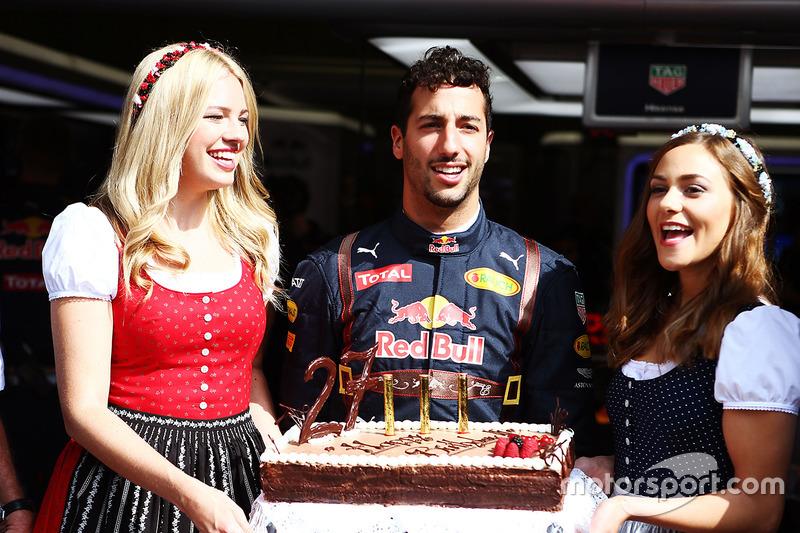 Daniel Ricciardo ve doğum günü pastası