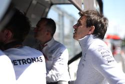 Toto Wolff, Mercedes AMG F1 accionista y Director Ejecutivo en el pórtico del pit