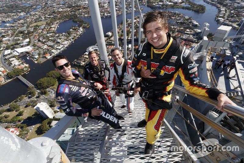 Chaz Mostert, Craig Lowndes, Jamie Whincup und James Courtney auf der Spitze des Q1 Towers in Surfers Paradise