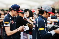 Max Verstappen, Scuderia Toro Rosso en Carlos Sainz Jr., Scuderia Toro Rosso sigeren handtekeningen