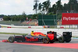 Нико Росберг, Mercedes AMG F1 W07 Hybrid и Макс Ферстаппен, Red Bull Racing RB12 - борьба за позицию
