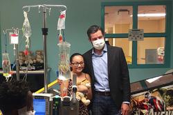 Martin Truex Jr., Furniture Row Racing Toyota, besucht das Sunrise Children's Hospital in Las Vegas