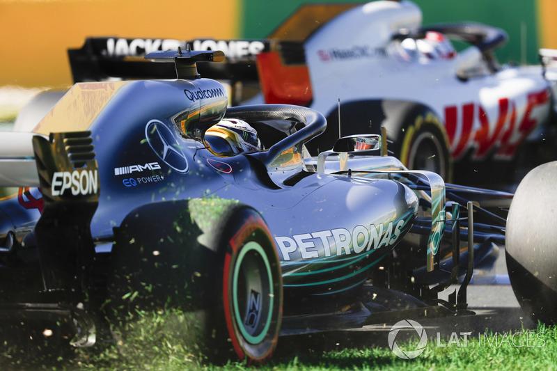 Lewis Hamilton, Mercedes AMG F1 W09, corre fuera de pista