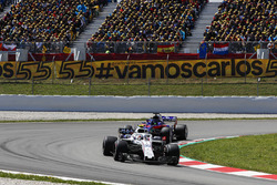 Sergey Sirotkin, Williams FW41, leadsBrendon Hartley, Toro Rosso STR13