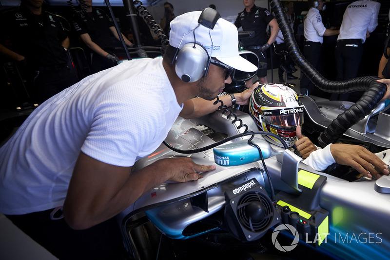 Nicolas Hamilton con el auto de Lewis Hamilton, Mercedes AMG F1 W08