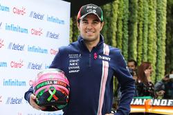 Гонщик Sahara Force India F1 Серхио Перес со своим новым шлемом