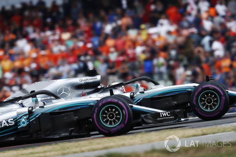 Lewis Hamilton, Mercedes AMG F1 W09, ve Valtteri Bottas, Mercedes AMG F1 W09, galibiyeti kutluyor
