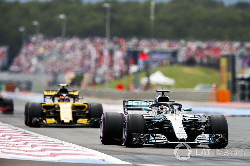Lewis Hamilton, Mercedes AMG F1 W09, leads Carlos Sainz Jr., Renault Sport F1 Team R.S. 18