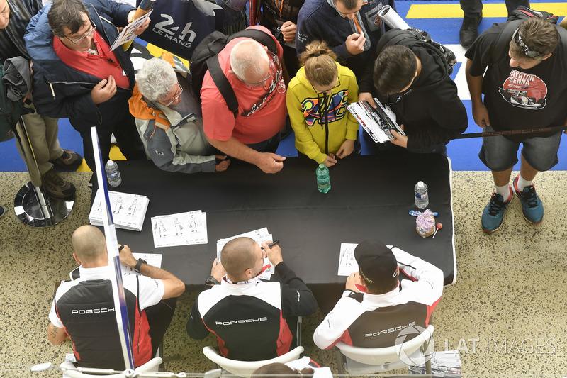 #91 Porsche GT Team Porsche 911 RSR: Richard Lietz, Gianmaria Bruni, Frédéric Makowiecki, sessione autografi