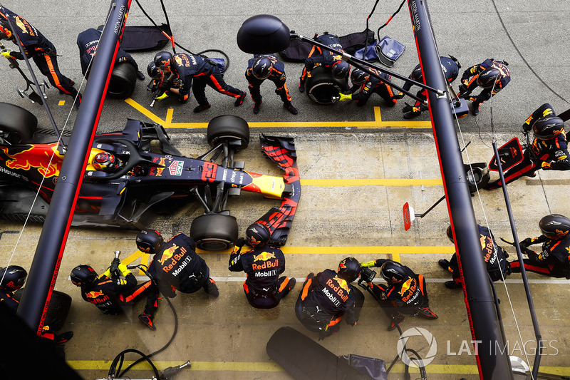 Max Verstappen, Red Bull Racing RB14 Tag Heuer, pit stop