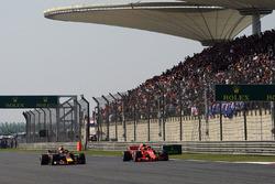Daniel Ricciardo, Red Bull Racing RB14 en Kimi Raikkonen, Ferrari SF71H duelleren