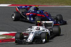 Charles Leclerc, Sauber C37 Ferrari, devant Pierre Gasly, Toro Rosso STR13 Honda