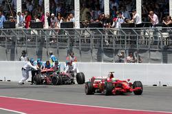 Felipe Massa, Ferrari F2008 pasa el coche retirado de Lewis Hamilton, McLaren Mercedes MP4 / 23