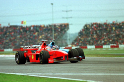 Eddie Irvine, Ferrari, es pasado por Alexander Wurz, Benetton